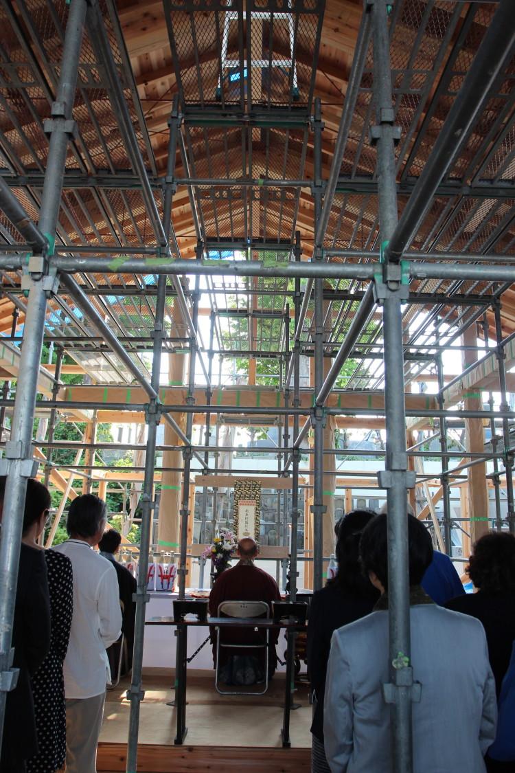 建造中の本堂において上棟式が行われました。法要中の様子です。 2015/5/8